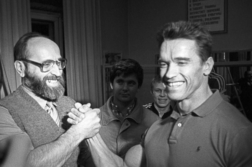 Арнольд Шварценеггер встретился со своим кумиром Юрием Власовым. Февраль 1988 года.