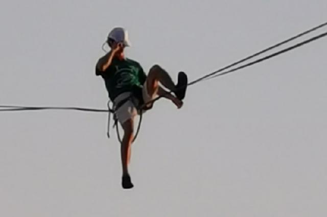 проделав несколько трюков на канате, Кюне спрыгнул с парашюта.