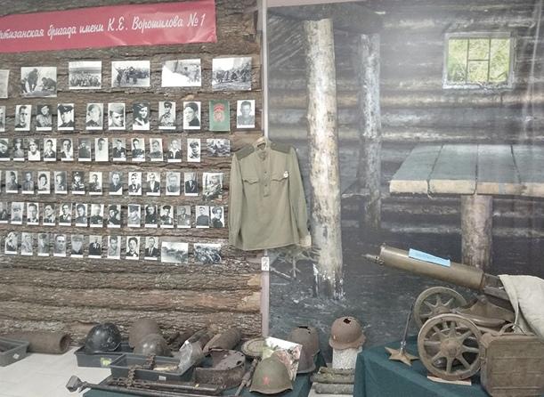 На партизанской стене - 87 фотографий героев, их награды и воспоминания.