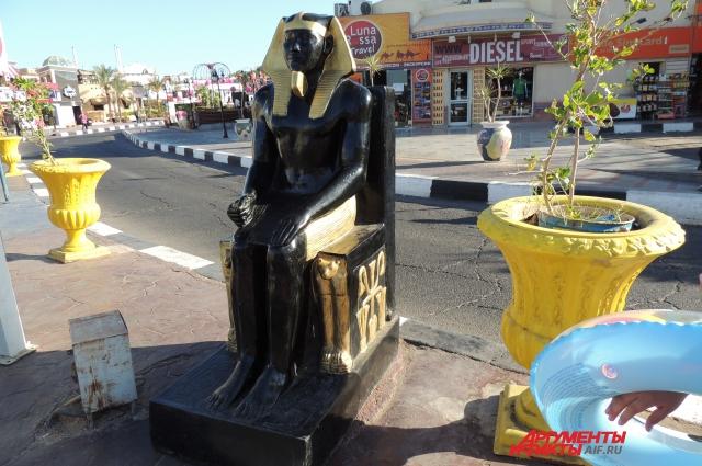 Памятники древнеегипетским богам и правителям украшают улицы центральных городов