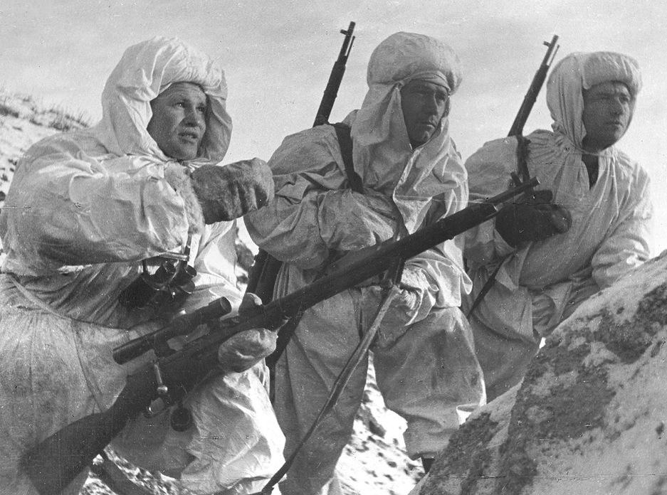 После Великой Отечественной войны опыт применения снайперских подразделений в СССР был постепенно забыт. На фото снайпер Василий Зайцев с новобранцами. Сталинград, декабрь 1942 г
