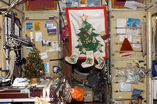 Астронавты обязательно оформляют станцию к празднику. На фото станция 14-ого экипажа МКС.