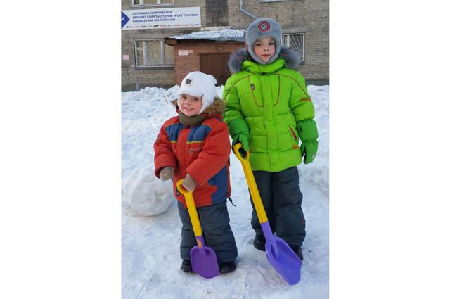 Алексей (2 года) и Петр  (5  лет)