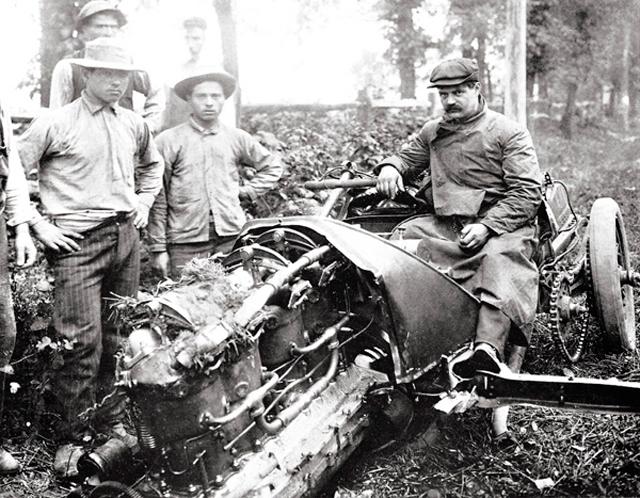 Гонка Vanderbilt Cup, 1905 год. Луи Шевроле не справился с управлением и вылетел с трассы