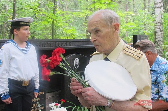 Капитан 1-го ранга Владимир Погорелов, участник аварии, не смотря на преклонный возраст, приехал из Киева в Москву почтить память товарищей.