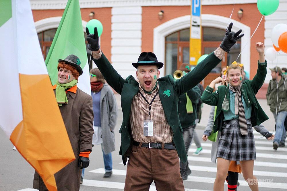 Актёры и актрисы театра были в ирландских костюмах.
