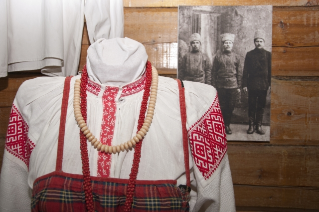 Одежда крестьянок тяготела к традиционному народному костюму.