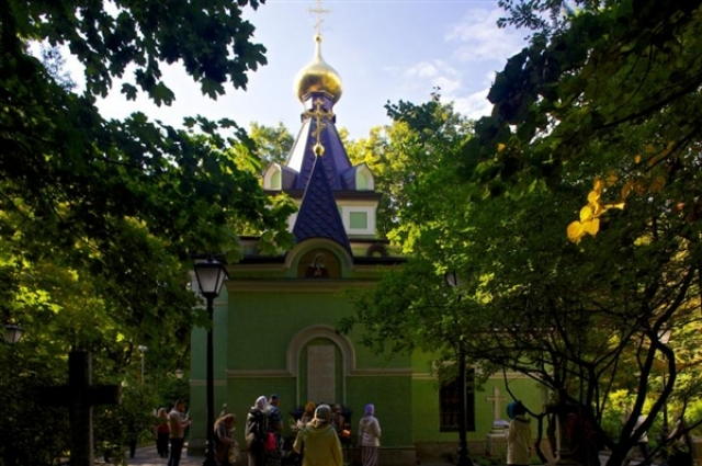 У часовни Ксении Блаженной на Смоленском кладбище