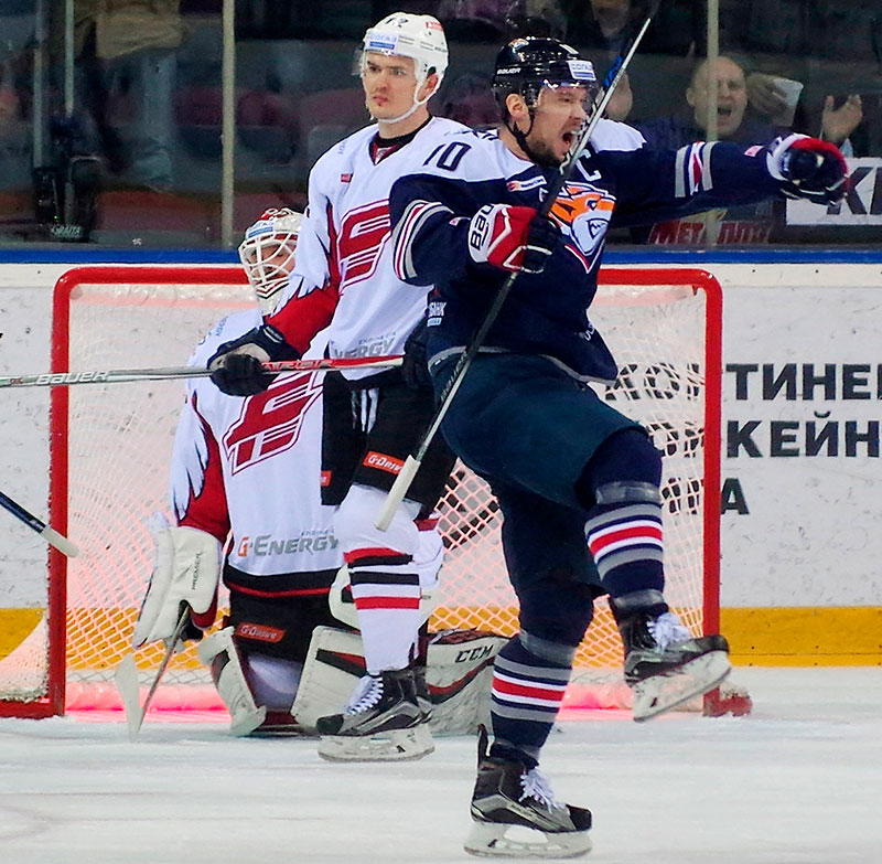 Сергей Мозякин радуется своему забитому голу вКХЛ между ХК«Металлург» иХК«Авангард».