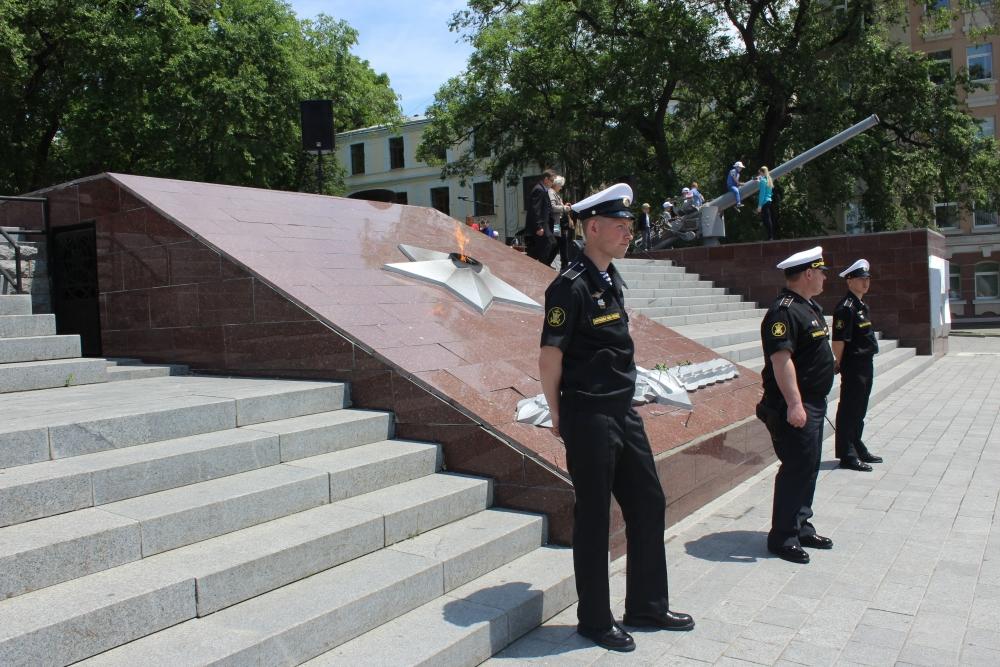 Офицеры охраняли Вечный огонь, дети играли на макетах орудий.