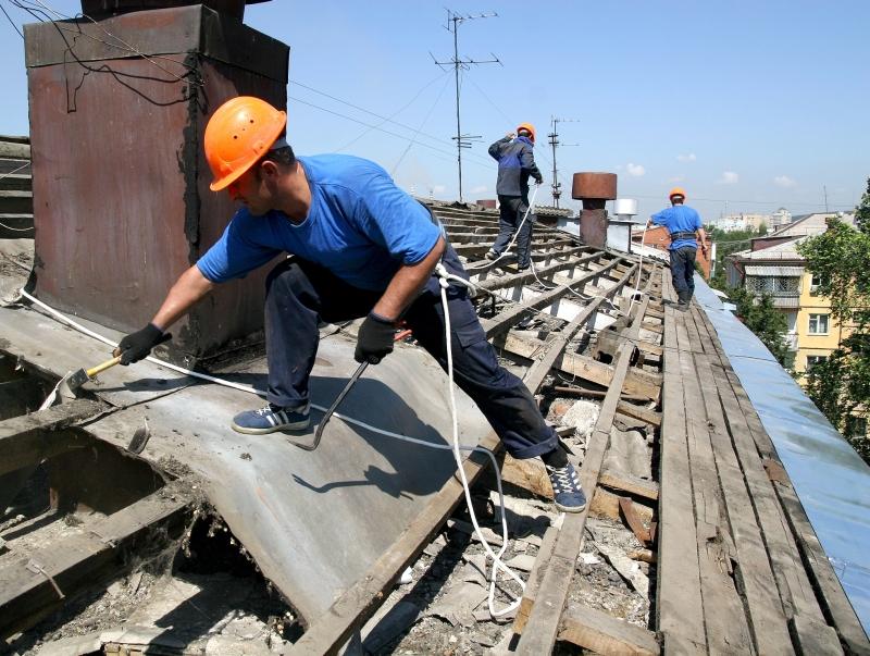 Дом необходимо ремонтировать в комплексе: сначала - крышу, потом - фасад.