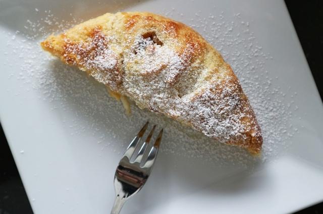 Вишневый штрудель не оставит равнодушным никого из ценителей сладкого.