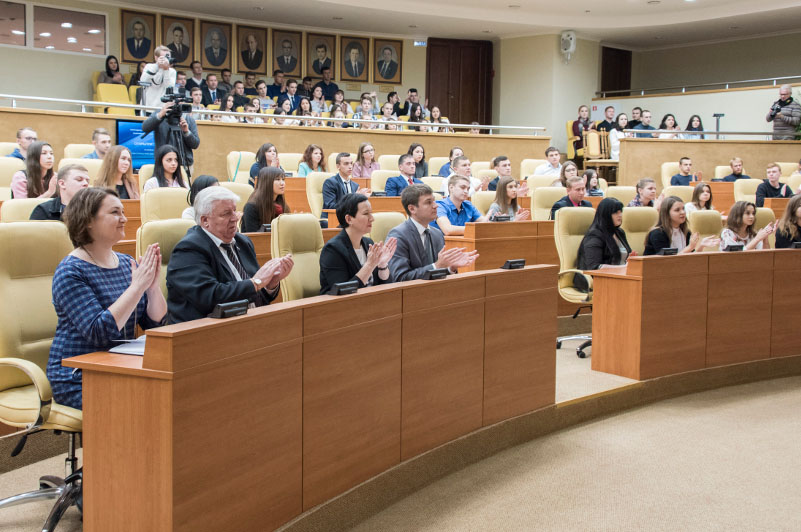 В октябре 2017 года в ЗСО открылась кафедра «Основы российского парламентаризма». Там в основном обучаются студенты УлГУ. Что ж, видимо, будем ждать ярких политиков из их числа.