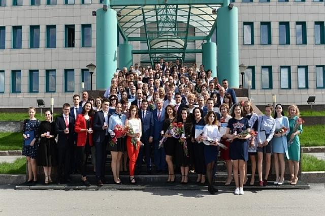 в этом году на Ямале окончили школу с медалями более 240 выпускников. Девять выпускников стали стобалльниками по результатам ЕГЭ
