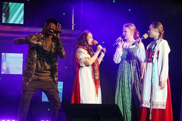 Певец исполняет русский рэп.