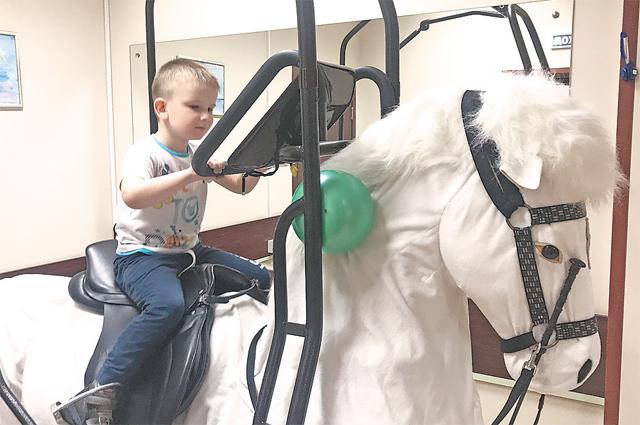 «Лошадка» – один из любимых тренажёров удетей, проходящих реабилитацию.