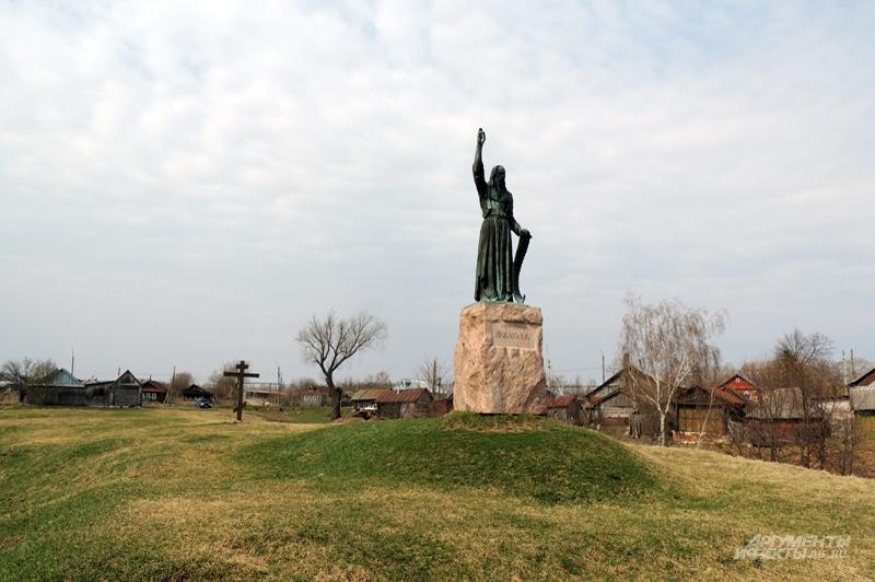 Памятник Аввакуму стоит на косогоре посреди села
