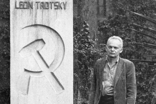 Эстебан Волков у памятника, установленного на могиле Л. Троцкого в Мексике. 1988 г.
