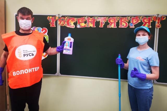 Сотрудники компании вместе с волонтерами Фонда продовольствия «Русь» провели уборку универсальным моющим средством Mr. Proper в гимназии №586 в Санкт-Петербурге.