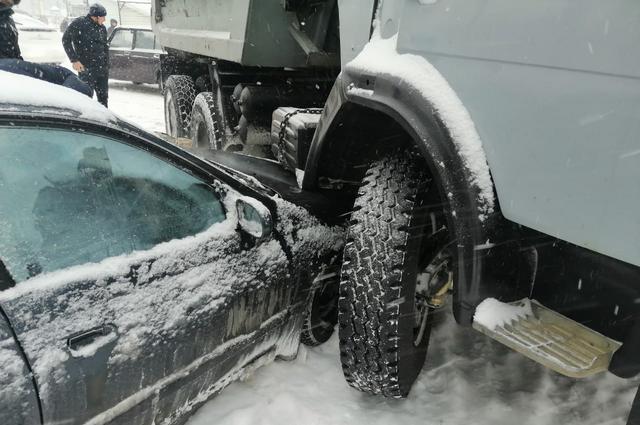 На скользких заснеженных дорогах Хабаровска бьются автомобили.
