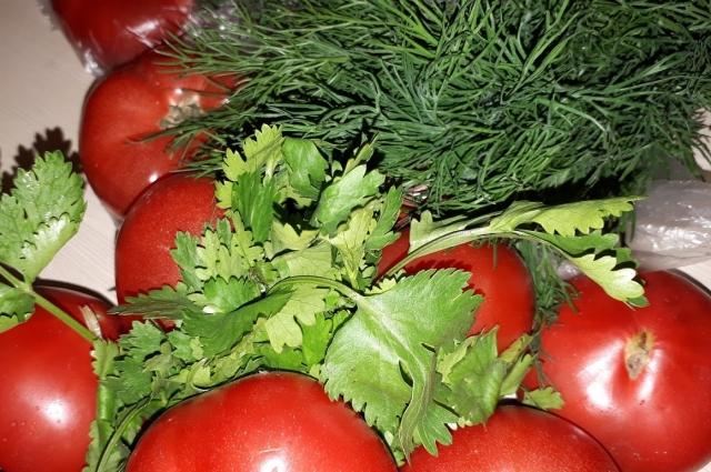 Зелень. У нас с помидорами.