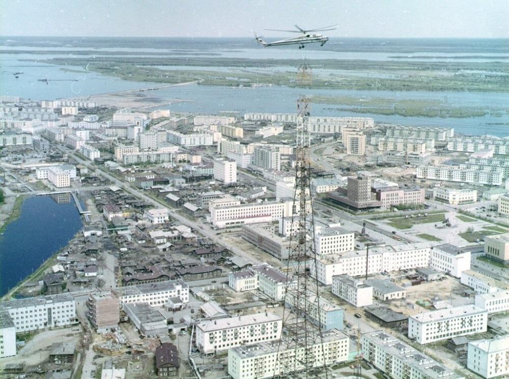 Монтаж телевышки шел средь бела дня в центре города, над жилыми домами.