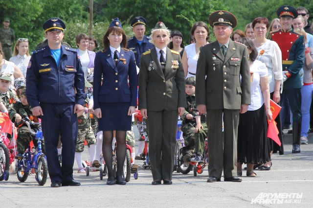 Девушки в армии служат наравне с мужчинами.