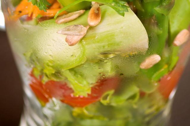 Семена подсолнуха не испортят легкий салат.