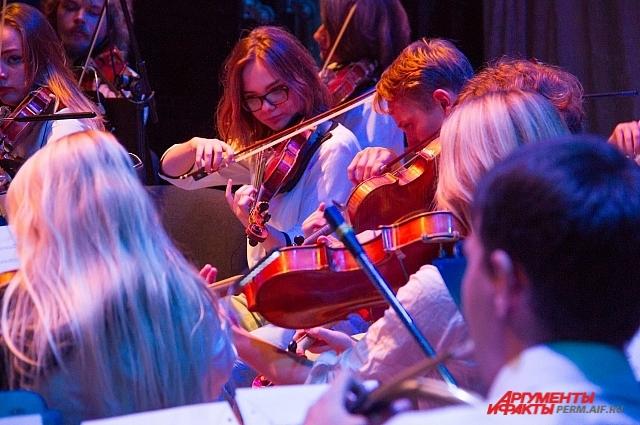 В коллективе играют, в основном, молодые музыканты.