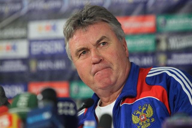 Бывший главный тренер сборной России по футболу Гус Хиддинк во время пресс-конференции перед матчем со сборной Словении. Непопадание на Чемпионат мира 2010 года плачевный итог работы голландского специалиста в Российском футболе