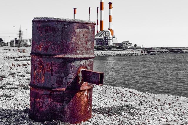 Любая брошенная ёмкость может служить источником загрязненения.