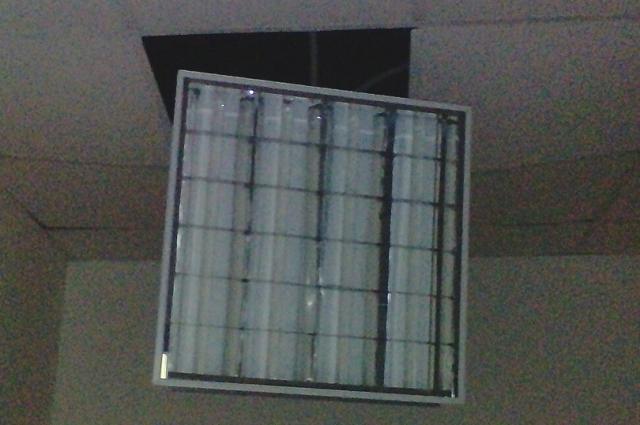 В помещении школы не сделана электропроводка.