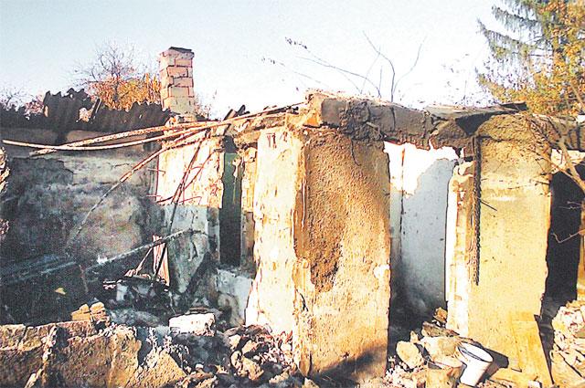 Эти развалины - всё, что осталось от дома, где баба Аня жила с дочкой и зятем.