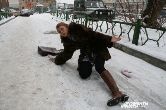 Просто прогуливаясь по праздничным улицам, можно упасть, а дальше, как в классической комедии - «очнулся - гипс»