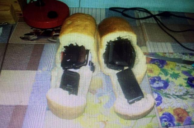 В булках хлеба заключенным пытались передать сотовые телефоны.