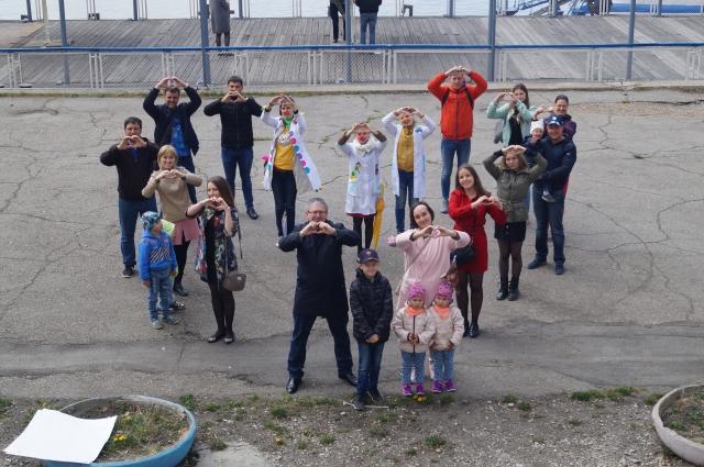 Участие во флеш-мобе приняли семьи с маленькими детьми.