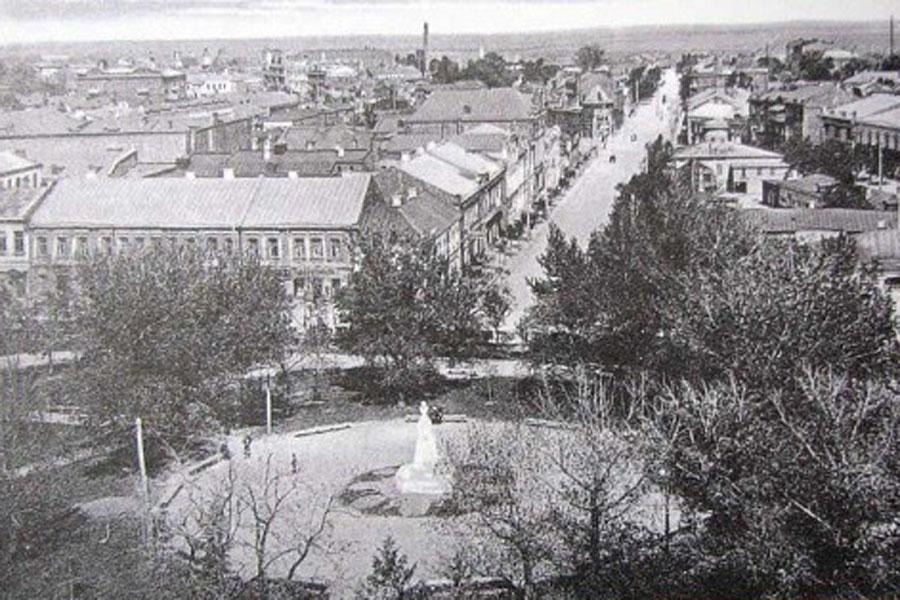 СкверКольцовский сквер первой половины ХХ века на старых фотографиях не узнать.