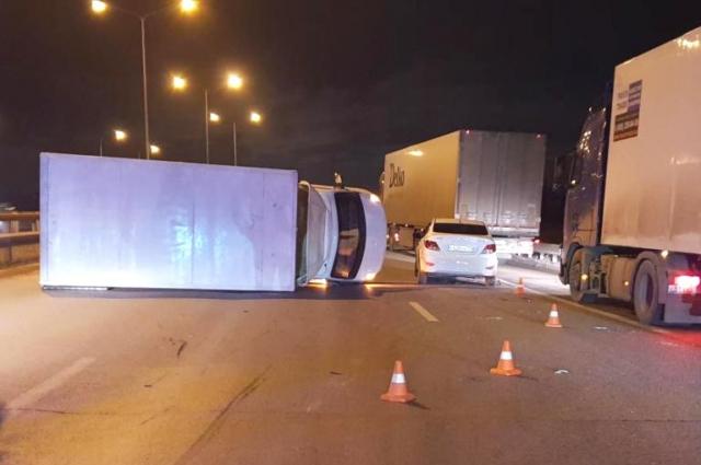 грузовик от столкновения опрокинулся.
