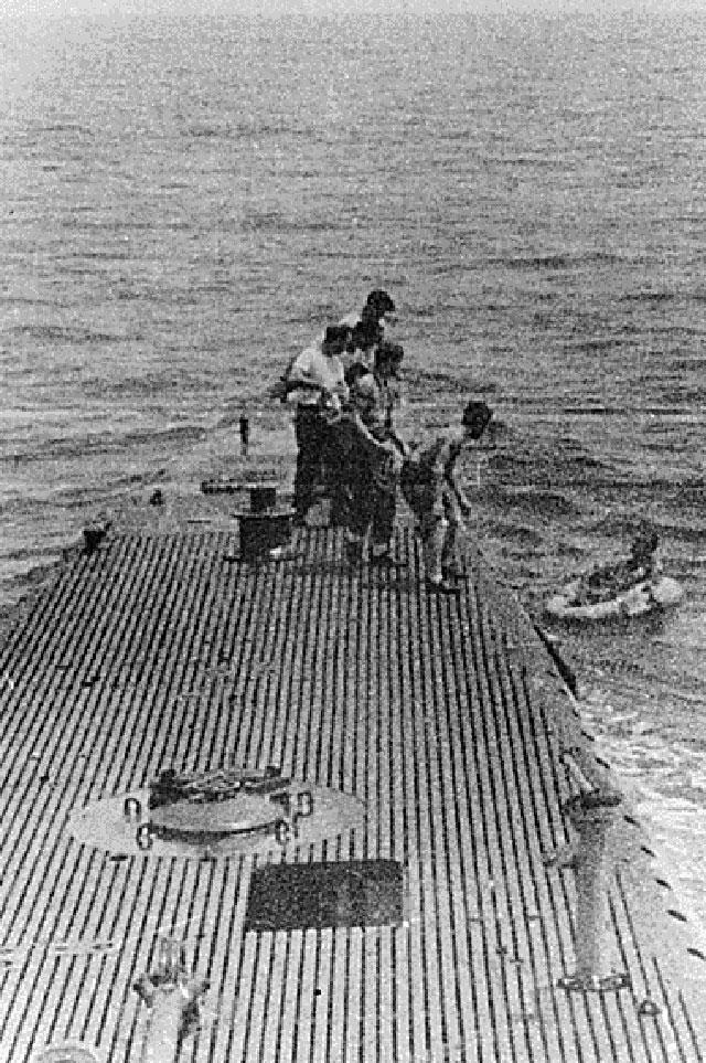Спасение Буша экипажем американской подлодки.