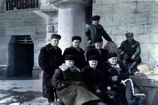 В.И. Дзюба (стоит крайний слева) в Пятигорске.