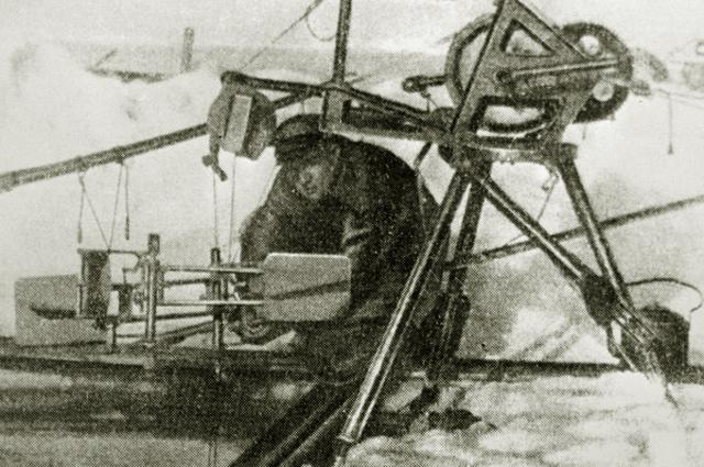 Гидролог, участник экспедиции дрейфующей станции Северный полюс-1 Пётр Ширшов работает с гидрологической лебёдкой. 1937 год