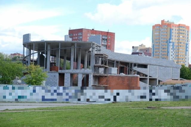 Строительство административного здания почти завершено.