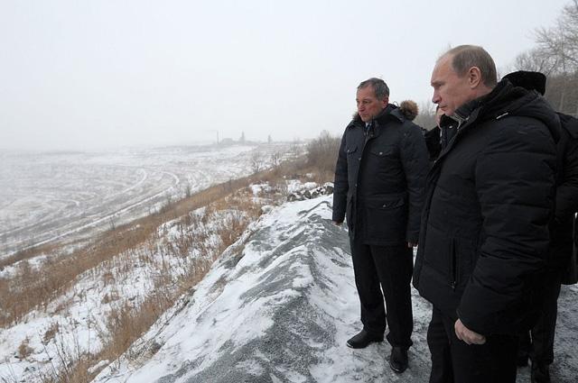 Владимир Путин наборту Коркинского разреза, 2012год.