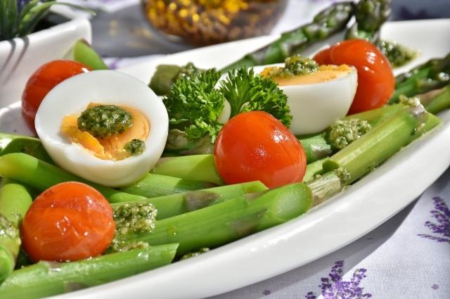 Диетолог советует придерживаться белково-жирового рациона, при этом дополняя его овощами.