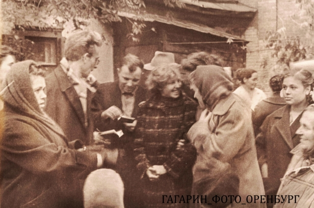 Летчик-космонавт Юрий Алексеевич Гагарин раздает автографы жителям г. Оренбурга во дворе дома Горячевых по улице Чичерина.  Октябрь 1962 г.