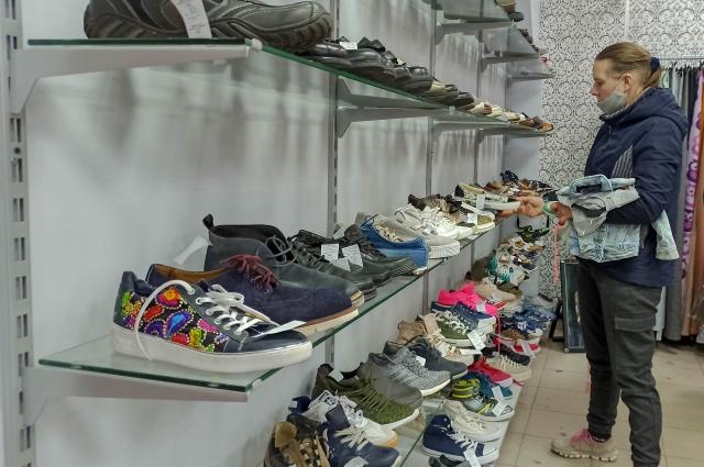 Новую партию вещей привозят один раз в месяц, и людей приходит так много, что они незадолго до открытия магазина толпятся перед входом.