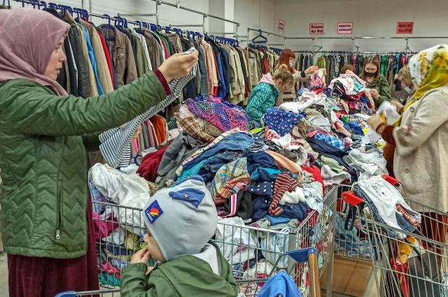 Один из признаков того, что одежда прошла такую обработку — специальный запах, характерный для таких магазинов.
