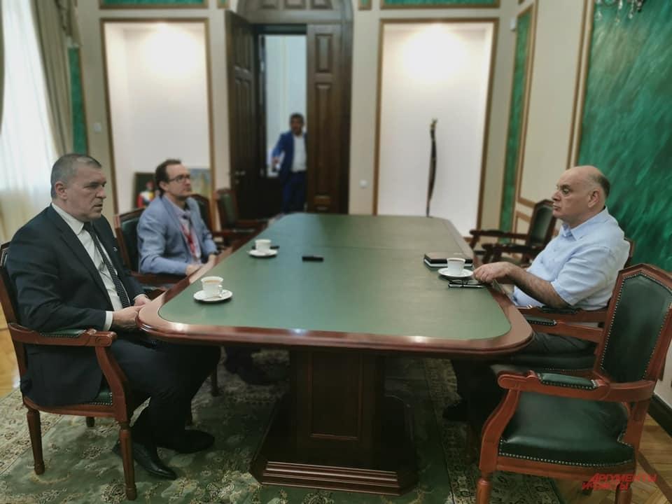 В кабинете президента Абхазии Аслана Бжания.