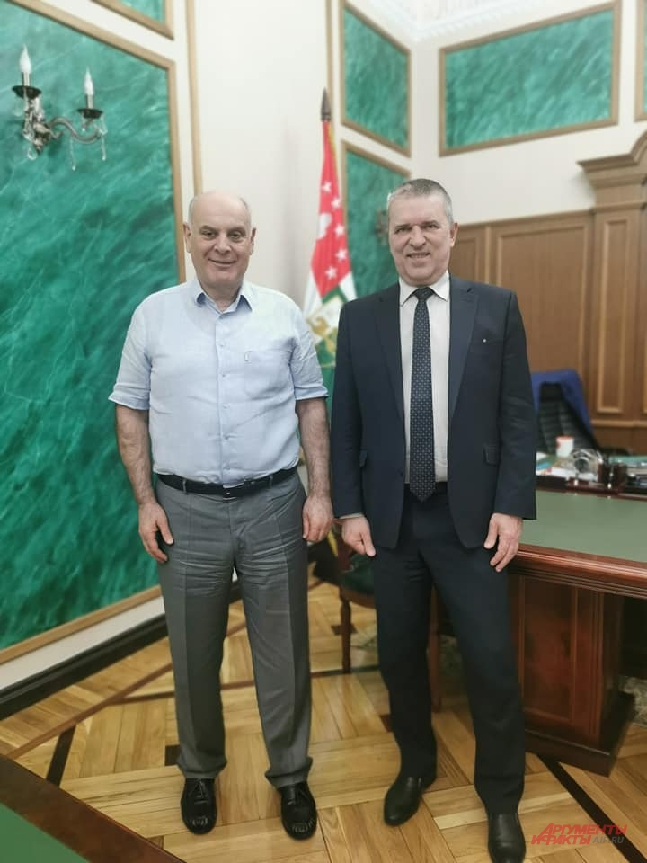 Президент Абхазии Аслан Бжания и главный редактор «АиФ» Игорь Черняк.