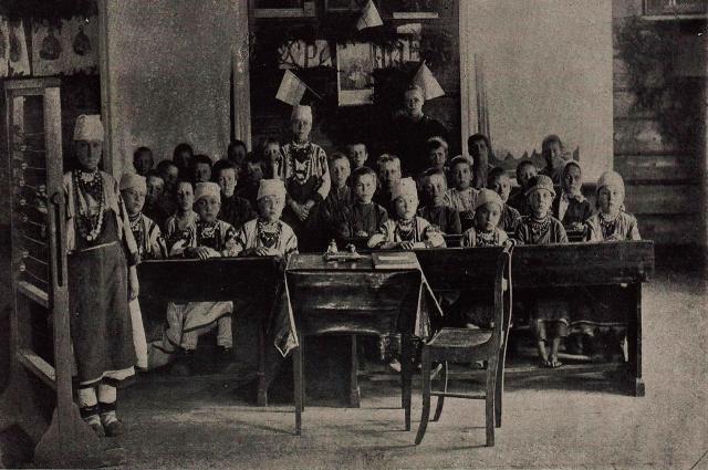 Ученики Архангельской земской школы Нолинского уезда Вятской губернии, 1890-е годы. В классе 35 учеников, из них 23 мальчика